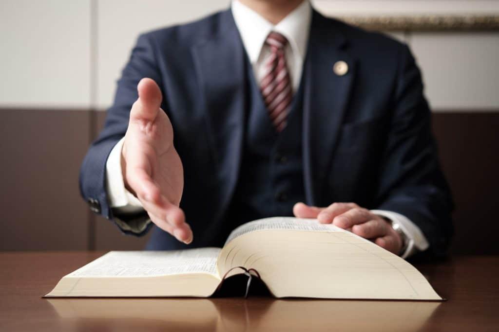 握手を求める弁護士の手元